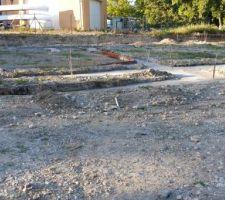 """Enfin!!!! Nous avons pu faire le terrassement, le feraillage et le béton..Nous allons donc commencer à faire le vide sanitaire. <br /> Etant donné que cest un terrain avec remblais, nous avons fait de grosses """"tranchees"""" et mis plus de béton ( un supplément d'environ 5000eu...). Nous sommes contents d'avoir un peu avancé malgré le fait que j'ai toujours mon petit blocage sur le plan... <br /> P.S : il est possible que j'emploie à tort quelques termes de construction, veuillez m'en excuser mais ça ne me parle tellement pas que j'en oublie les mots appropriés..."""