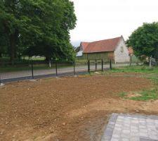 La clôture de la devanture et le portail manuel