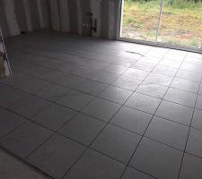 Début carrelage RDC (45X45 gris clair, carrelage de base du constructeur : Arte One - Grande Villa - Palladio - fournisseur = Point P)