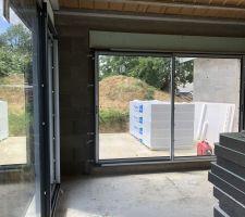 Baies vitrées vu de la cuisine, direction terrasse.