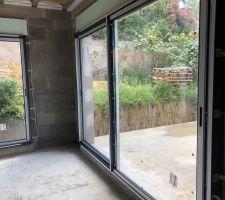 Baies vitrées vu du salon/salle à manger, oui y'a encore bcp de terre...