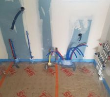 Pose des arrivées d'eau + gaz + allers/retours plancher chauffant dans le cellier