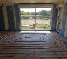 Pose des tuyaux du plancher chauffant