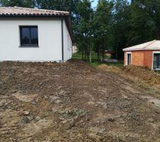 Le terrassement est quasiment terminé il nous manque pas mal de terre mais grâce à notre terrassier ça rend quand même pas mal ??