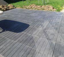 Préparation terrasse pose des premières dalles imitation bois