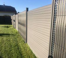 Petit retour sur les clôtures rigide avec kit d?occultation composite mixé avec des claustras composite de très très bonne qualité de chez extérieur stock .