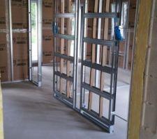 Pose de l'isolation et du placo dans l'extension ici structure pour les 2 portes à galandage dans l'extension (pour la salle de sport au fond et le bureau sur la droite)