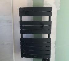Voici le sèche serviette de la douche parentale. Nous avons choisi un gris anthracite pour faire un rappel avec la fenêtre et avec la verrière qui servira de paroi de douche.
