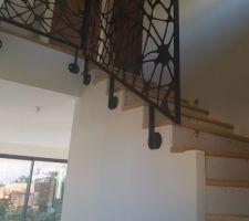 Finition escalier en cours, rampe posée (fournisseur Racken).