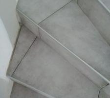 Carrelage et baguettes de l'escalier terminés