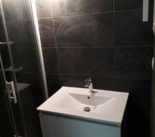 Détail de la petite salle d'eau attenante à la chambre parentale