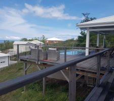 Terrasse deck en bois exotique, piscine au sel