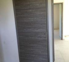 Portes posées au RDC : la porte sans charnière