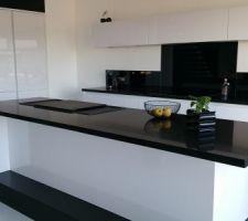 Cuisine monochrome blanc et noir , crédence en verre noir , plan de travail quartz