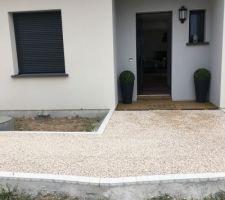 Entrée de la maison graviers couleur sable