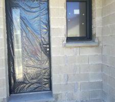 Porte d'entrée et fenêtre des toilettes