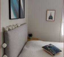Tête de lit DIY Coussin Truffaut Dessus de lit Ikéa Cadres noirs Desenio Cadre paon réalisé par une amie Peintures murales Cornforth White et Ammonite de Farrow and Ball