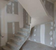 Première passe d'enduit sous l'escalier