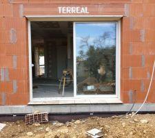 Mise en place de travertin pour les appuis de fenêtres