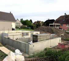Murs du sous-sol et du vide-sanitaire coulés, ainsi que la 1ère dalle