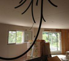 Placos au plafond et sur une partie des murs du 1er étage avec une pieuvre devant.