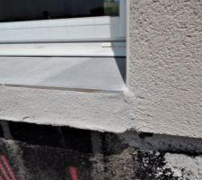 Reprise du seuil de la baie vitrée complétement loupé avec teinte différente au niveau de l'enduit et débordement 1cm par rapport à la façade.