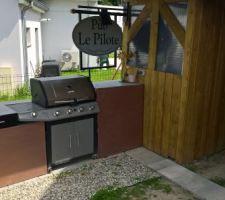 Le coin barbecue avec une enseigne récupérée dans une déchetteries, les meubles ont étés réalisés à partir d'une armoire électrique en tôle