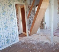 Chambre parentale , salle de bain , et escalier pour les combles