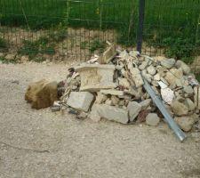 Tas de gravats sortis à la pelle du terrain