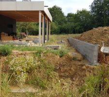 Mur à l'ouest en limite de partie constructible pour aplanir le terrain et éviter que le terrain au dessus ne descende chez nous à chaque pluie