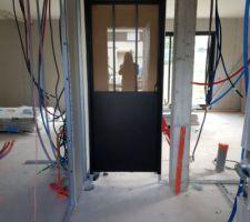 Pose de notre porte entre l'entrée et la pièce de vie! Style industriel, verrière. ?