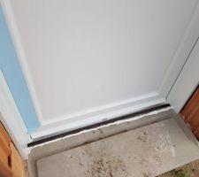 Porte de service ( avec l'espace entre le seuil et la porte )