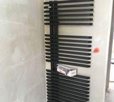 Plâtres de la salle d'eau parentale avec le radiateur Irsap Jazz noir avec effet