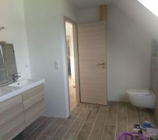 Pose des meubles de la salle de bain familiale et WC en place