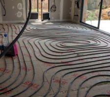 Déroulage des tubes pour le plancher chauffant/rafraîchissent