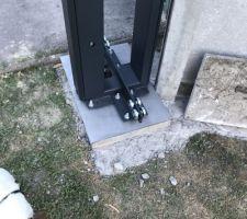 Béton coulé Mise en place des poteaux du portail