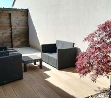Nouvel aménagement du jardin. Terrasse en composite minéral imitation chêne clair (mélange de pierre et de résine) de chez Ansyears. Création d'un nouvel abri de jardin sur mesure en douglas ossature bois.