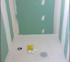 Receveur de douche dans la salle d'eau du bas