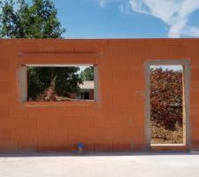 Fin de l'élévation des murs, finitions faites, vue sur la porte d'entrée