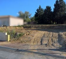 Le terrain tout propre après la démolition et enlèvement d'une partie des terres