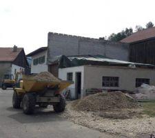 Démolition de l'ossature bois finie, partie garage protégée contre les intempéries en attendant la suite...