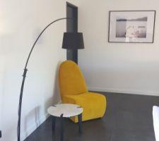 Coin lecture avec fauteuil et table achetés chez Gautier meuble
