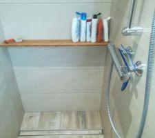 Simple planche bambou pratique pour les savons  (pente vers le mur, avec léger jour entre planche et mur pour l'écoulement)