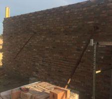 Mur sud arrivé à hauteur avant dalle de l'étage et pignons