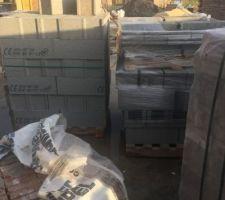 Livraison des parpaing pour mur de refend et bardage bois à l'entrée