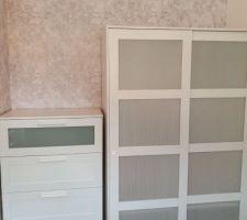 Partie rangements de la chambre,1 mur de fond en papier peint