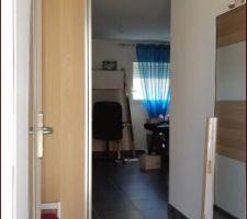 Dressing d'entrée IKEA à gauche, vu depuis la porte d'entrée