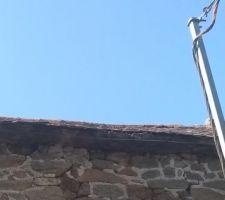 L'ancien câble, sur la façade de la partie du bâtiment en attente de rénovation. Le nouveau câble, sous gaine, passe à l'intérieur du bâtiment.