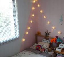 Les 4 murs étaient roses. C'était too much après réflexion. Le mur de la fenêtre a été repeint, un triangle rose est resté autour de la tête de lit. Le retour de mur jusqu'au papier peint a été repeint en blanc-gris également.