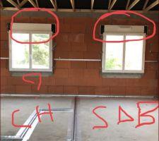 Vous pouvez constater l?inversion entre la fenêtre d?une chambre et celle de la salle de bain où il y a une VMC de prévue et donc pas d?entrée d?air nécessaire sur la fenêtre. Or à droite il s?agit de la salle de bain et à gauche de la chambre où la fenêtre ne dispose pas d?entrée d?air alors que nous n?avons pas de VMC prévue dans cette chambre!